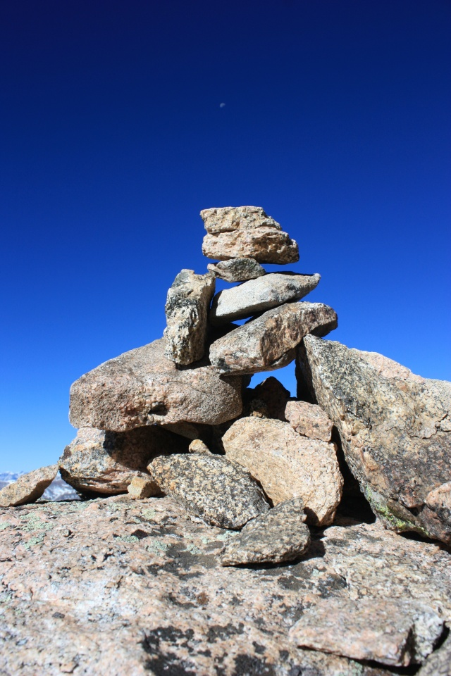 A cairn on the route between Bierstadt and Evans.